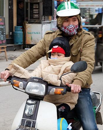 Nhiều phụ huynh vẫn đưa trẻ tới trường mầm non sáng 30/1 vì không có người trông trẻ. Ảnh: Quỳnh Trang.