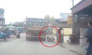Người phụ nữ ngã xe máy suýt bị ôtô tải cán