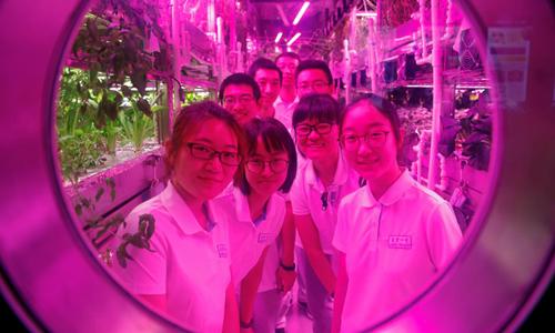 Hai nhómsinh viên Trung Quốc tham gia thử nghiệm sống trong môi trường mô phỏng. Ảnh: Reuters.