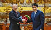 Chủ tịch Hà Nội chúc mừng HLV Park Hang-seo và đội tuyển U23