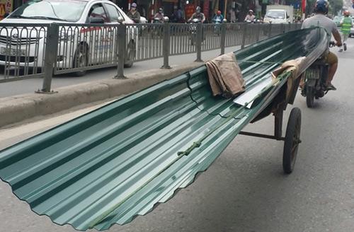 Xe chở tôn rất dễ gây nguy hiểm cho người đi đường. Ảnh minh họa.