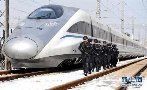 Cảnh sát đặc nhiệm thành phố Vũ Hán tăng cường tuần tra an ninh ở ga tàu hôm 30/1. Ảnh: Xinhua.