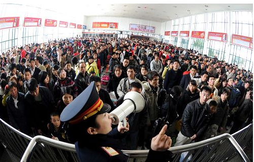 Quang cảnh thường thấy ở các ga tàu hay bến xe Trung Quốc mỗi dịp xuân về, với hàng trăm triệu lao động ở thành thị về quê ăn Tết. Ảnh: Sina.