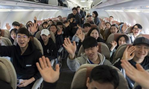 Vận động viên Hàn Quốc trên máy bay đến Triều Tiên. Ảnh: Yonhap.
