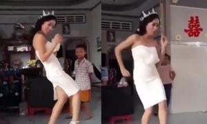 Cô dâu ngẫu hứng nhảy tưng bừng trong ngày cưới