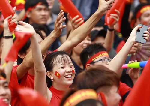 Cổ động viên tập trung tại phố đi bộ Nguyễn Huệ cổ vũ cho U23 Việt Nam trong trận chung kết hôm 27/1. Ảnh: Thành Nguyễn.