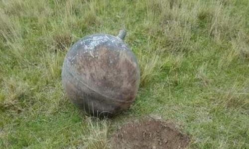 Một trong ba quả cầu kim loại rơi xuốngLarancahuani. Ảnh: Strange Sounds.