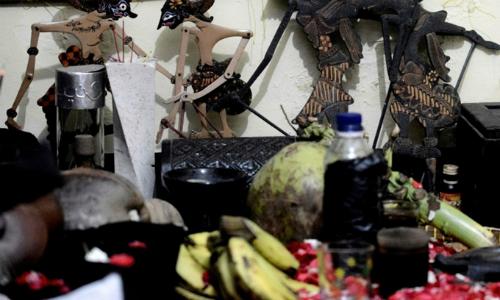 Đồ cúng của một số người Indonesia tin vào việc cầu nguyện để chữa bệnh. Ảnh: AFP.