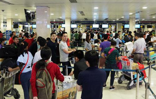 Khu vực nhà ga nội địa Tân Sơn Nhất thường quá tải dịp cao điểm. Ảnh: Hữu Công