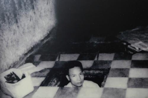 Ông Trần Văn Lai kiểm tra hầm vũ khí bí mật. Ảnh: tư liệu.