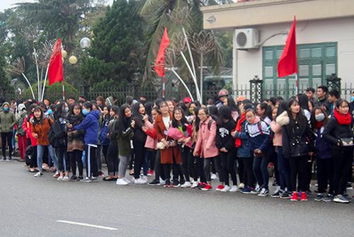 Nhiều bạn nữ tập trung trước cổng UBND tỉnh Hà Tĩnh để mong được gặp trung vệ Bùi Tiến Dũng. Ảnh:Đ.H
