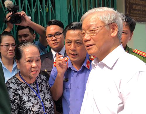 Tổng Bí thư Nguyễn Phú Trọng nghe các nhân chứng lịch sử kể lại quá trình xây dựng căn hầm và trận tấn công Dinh Độc Lập năm 1968. Ảnh: Tuyết Nguyễn.