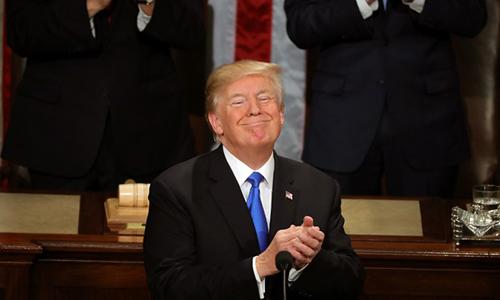 Tổng thống Trump vỗ tay khi đọc Thông điệp Liên bangtrước quốc hội tối 30/1