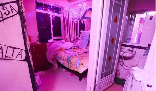 12 tầng trong chung cư, mỗi tầng có hai đến ba căn hộ, mỗi căn hộ chia làm nhiều phòng nhỏ, được sử dụng làm nơi ở kiêm nơi hành nghề của người bán dâm. Ảnh: SCMP.