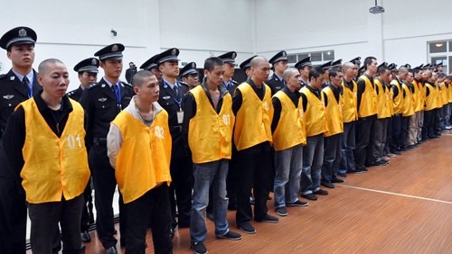 Một băng đảng tội phạm bị đưa ra xét xử ở Trung Quốc. Ảnh: SCMP.