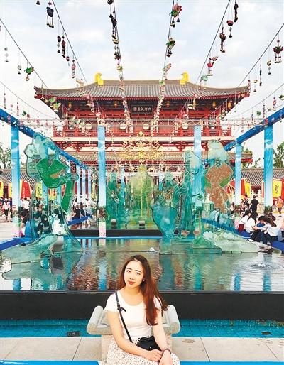 Phương Anh chụp hình lưu niệm ở Đại Đường Phù Dung Viên(lâm viên hoàng gia nhà Đường). Ảnh: Hsw.