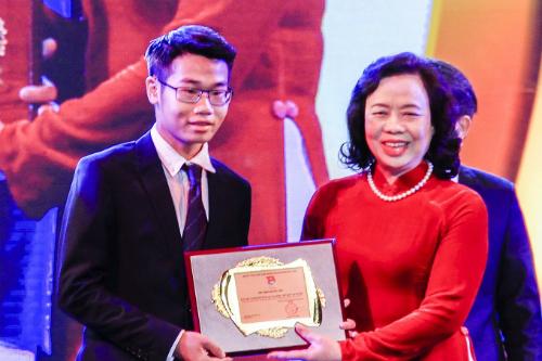 Đinh Quang Hiếu là một trong 10 gương mặt trẻ tiêu biểu thủ đô năm 2017. Ảnh: Dương Tâm
