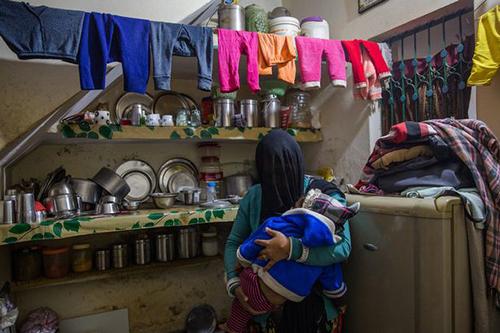 Hema Kohli và con trai rất đau đớn trước tội ác của chồng. Ảnh: Cover Asia Press