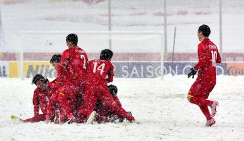 Các tuyển thủ U23 Việt Nam ăn mừng sau pha gỡ hòa của tiền vệ Quang Hải trong trận chung kết 27/1. Ảnh: AFC.