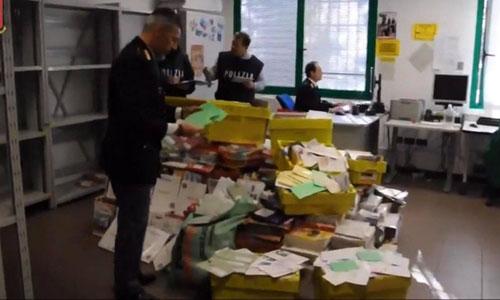 Cảnh sát kiểm tra các thùng thư tại trung tâm tái chế rác thải. Ảnh: BBC.