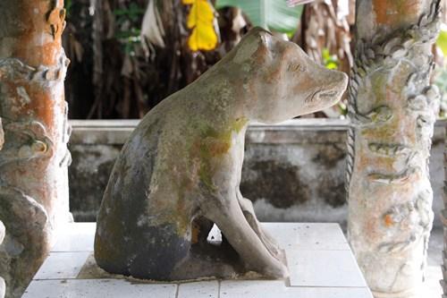 Tượng chó đá được người dân làng Bao La tôn thờ hàng trăm năm nay. Ảnh: Võ Thạnh.