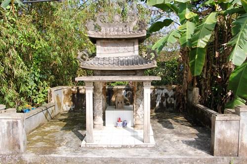 Miếu thờ thần cẩu được ngay bên con đường chính của làng. Ảnh: Võ Thạnh.
