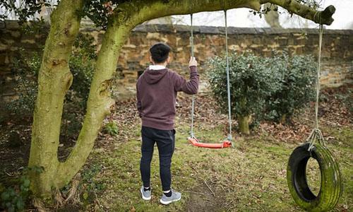 Là trẻ mồ côi, không người thân thích, Stephen quyết định lên tiếng, kể lại tường tận hành trình trở thành nô lệ trong các trang trại cần sa ở Anh. Ảnh: Guardian.