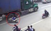 Mẹ chở con nhỏ đi sát làn ôtô bị xe đầu kéo tông