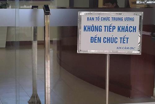 Biển thông báo không tiếp khách đến chúc Tết đặt trước trụ sở Ban Tổ chức Trung ương ngày 1/2. Ảnh: NN