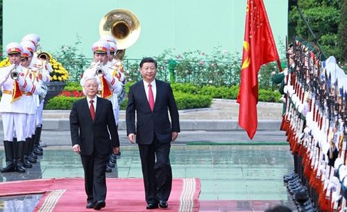 Tổng Bí thư Việt Nam Nguyễn Phú Trọng, trái, đón người đồng cấp Trung Quốc Tập Cận Bình đến thăm hồi tháng 11 năm ngoái. Ảnh: Giang Huy.