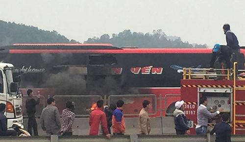 Khói lửa bao trùm xe khách 48 chỗ. Ảnh: Otofun Thanh Hoá.