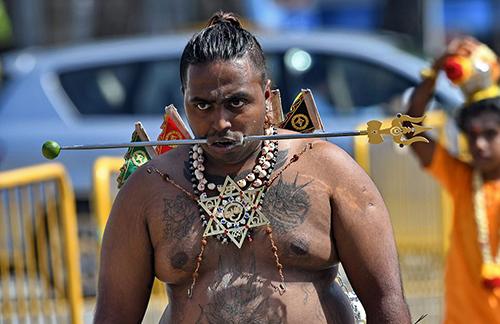 Một tín đồ Hindu xỏ xiên sắt qua miệng trong lễ hộiThaipusam ở Ấn Độ. Ảnh: AFP