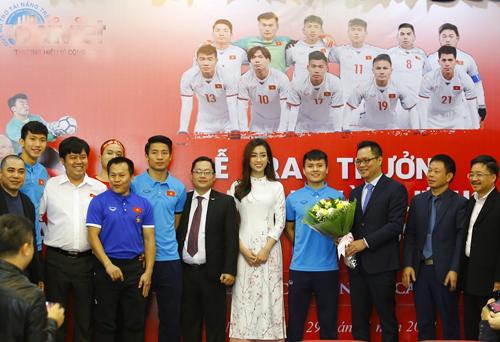 Ông Ngô Xuân Mạnh (đứng thứ ba từ bên trái) chụp hình lưu niệm với các cầu thủ U23 Việt Nam trong buổi lễ trao thưởng và tôn vinh.