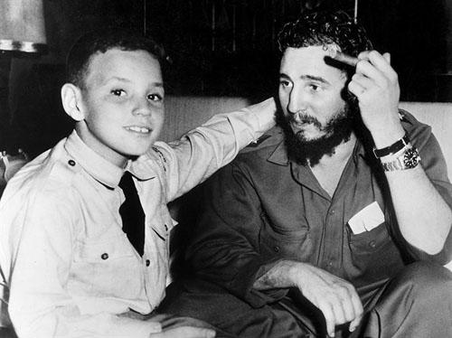 Ông Fidel Castro và con trai cảFidelÁngel Castro Diaz-Balart. Vìvẻ ngoài có nhiều điểm giống cha,FidelÁngel Castro Diaz-Balart còn cóbiệt danh Fidelito, nghĩa là Fidel bé. Ảnh: Havana Times.