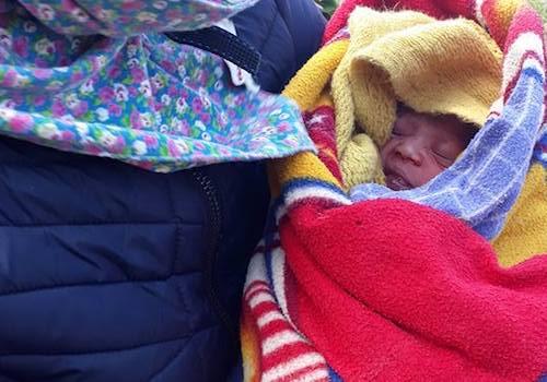 Em bé chào đời mạnh khoẻ với sự hỗ trợ của các cô giáo. Ảnh: Giáo viên tiểu học Phà Đánh.