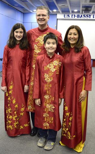 Đại sứ Mỹ tại Việt Nam Kritenbrink và gia đình trong trang phục áo dài. Ảnh: Facebook.