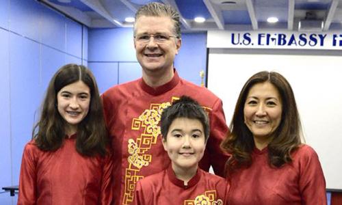 Đại sứ Mỹ tại Việt Nam Kritenbrink và vợ con trong trang phục áo dài. Ảnh: Facebook.