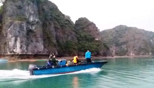 Biên Phòng Cát Bà (Hải Phòng) tìm kiếm 2 du khách đến từ châu Âu lạc tại vịnh Lan Hạ. Ảnh: Biên Phòng Cát Bà