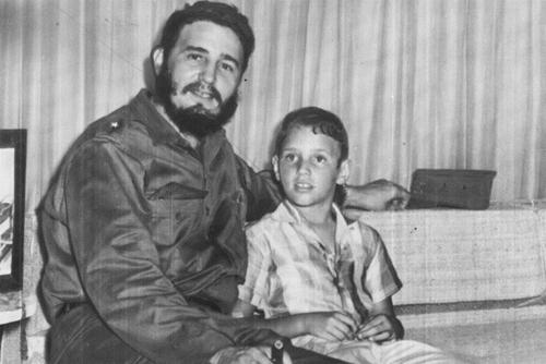 Fidel Castro ngồi cùng con trai 9 tuổi năm 1959. Ảnh: AP.