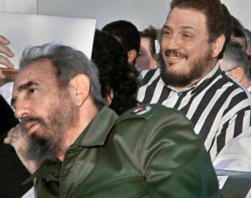 Fidel Castro Diaz-Balart (phải) và bố mình tham gia một hội chợ ở Havana năm 2002. Ảnh: AFP.