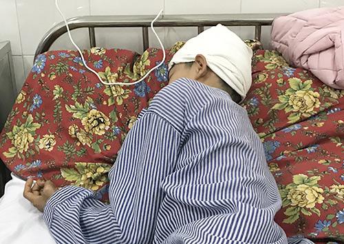 Em Cao Kiên Cường lúc đang điều trị tại Bệnh viện Đa khoa Quảng Ninh. Ảnh: Minh Cương