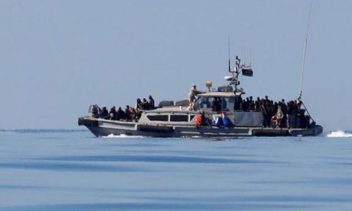 Người di cư trên tàu của Cảnh sát biển Libya ngày 31/1, sau khi được cứu ở Đia Trung Hải. Ảnh: Reuters.