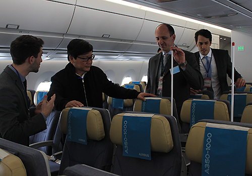 Ông Phạm Ngọc Minh, Chủ tịch HĐQT Vietnam Airlines (giữa) tham quan máy bay đời mới. Ảnh: Đ.Loan