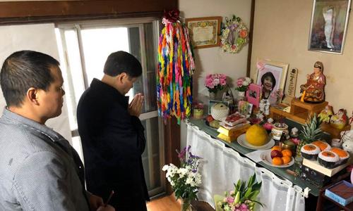 Đại sứ Việt Nam tại Nhật Bản Nguyễn Quốc Cường, thứ hai từ trái sang, thắp hương tại nhà bé Nhật Linh hôm nay. Ảnh: Đại sứ quán Việt Nam tại Nhật Bản.
