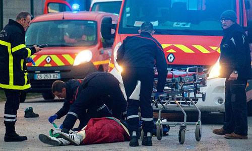 Lực lượng cứu thương hỗ trợ nạn nhân. Ảnh: CNN.