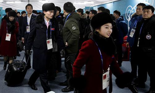 Các vận động viên Triều Tiên đến Hàn Quốc ngày 1/2. Ảnh: AP.