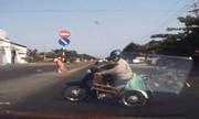 Xe máy quay đầu kiểu tự sát trên quốc lộ 1