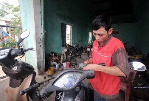 Tiệm sửa xe của Tuấn nằm trong khu phố nhưng nhiều người đưa xe đến sửa. Ảnh: Đắc Thành.