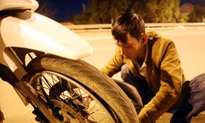 Người đàn ông Quảng Nam sửa xe miễn phí trong đêm