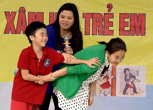 TS Vũ Thu Hương hướng dẫn học sinh tiểu học thoát khỏi người lạ khống chế mình.